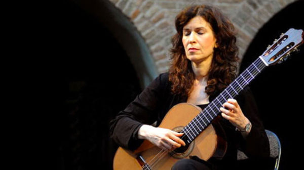 Photo de Sharon Isbin jouant de la guitare