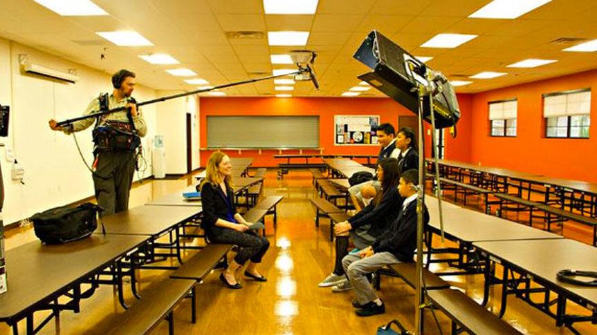 Photo de Judy Greer durant interview Méditation Transcendantale avec des collégiens